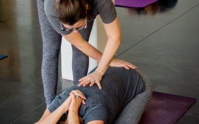 """""""Adjustments"""" – de zin en onzin van aanraking tijdens een yogales"""